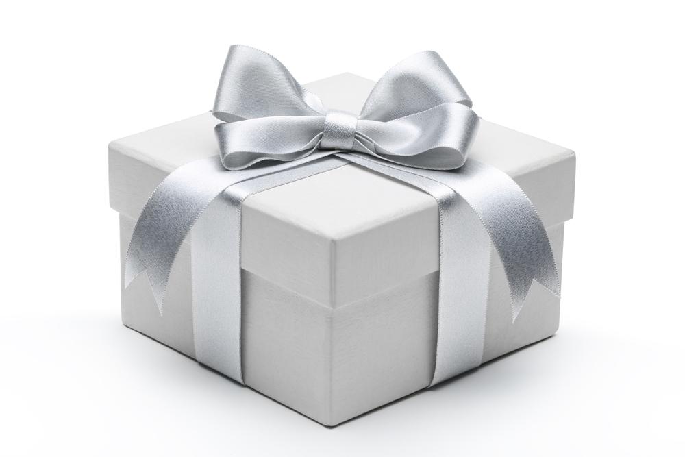 Подарки в серебряной упаковке